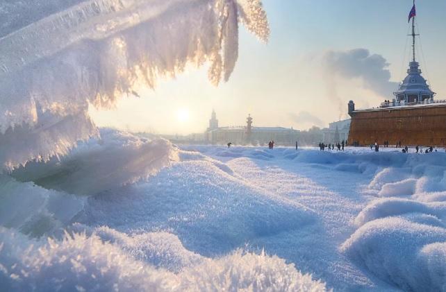 Ситуация с уборкой снега в Санкт-Петербурге поставила Северную столицу на грань ЧС
