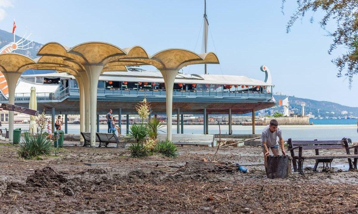 Уборка пляжа в Ялте после наводнения