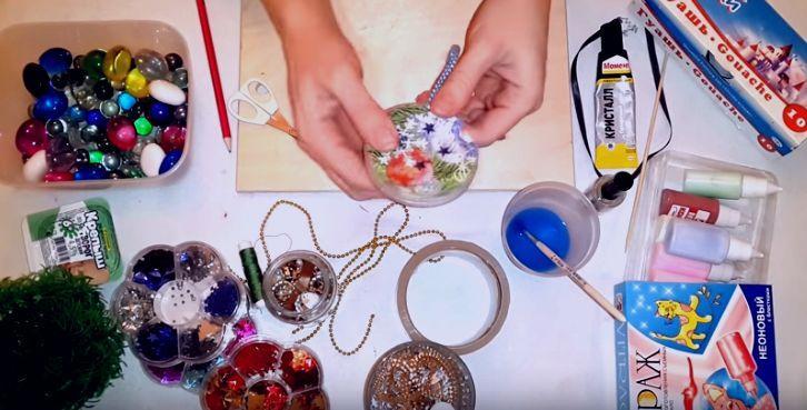 Поделки в детский сад на Новый год своими руками: как сделать красивую ёлочную игрушку из пластика