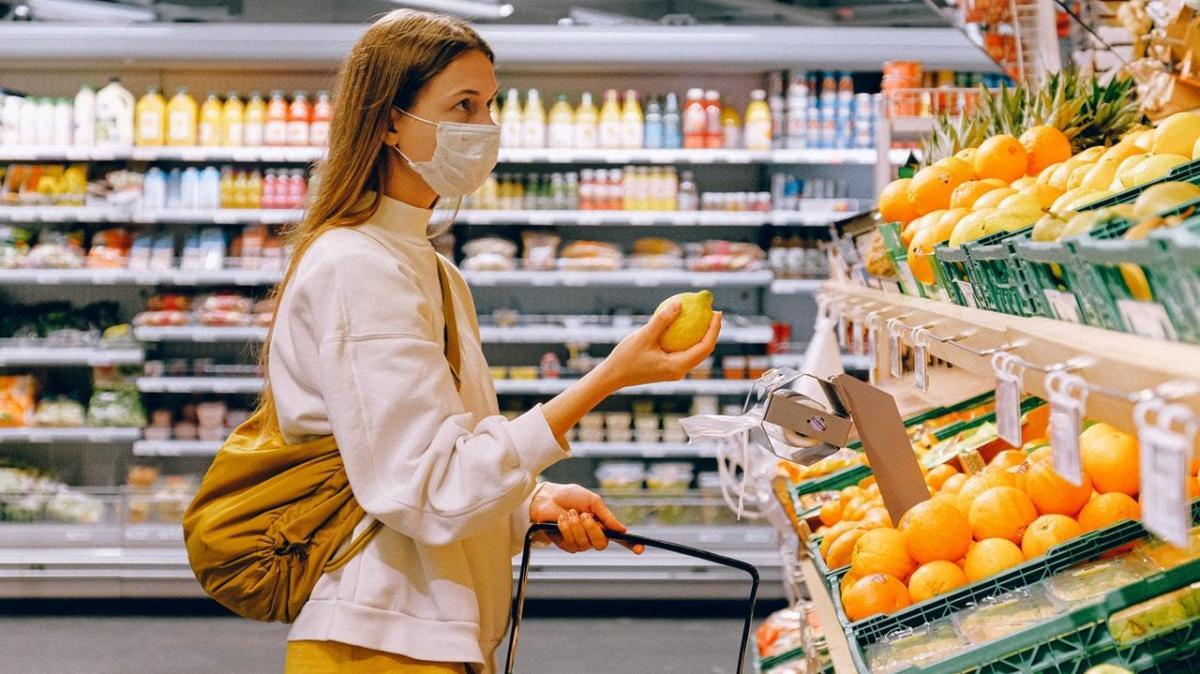 Покупатель в медицинской маске