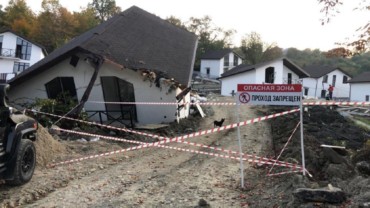 Доступ в разрушенный оползнем поселок Сергей-поле в Сочи все еще закрыт