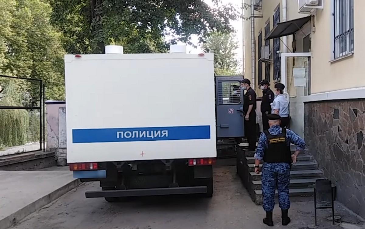 Полицейский автомобиль у здания Киевского суда Симферополя