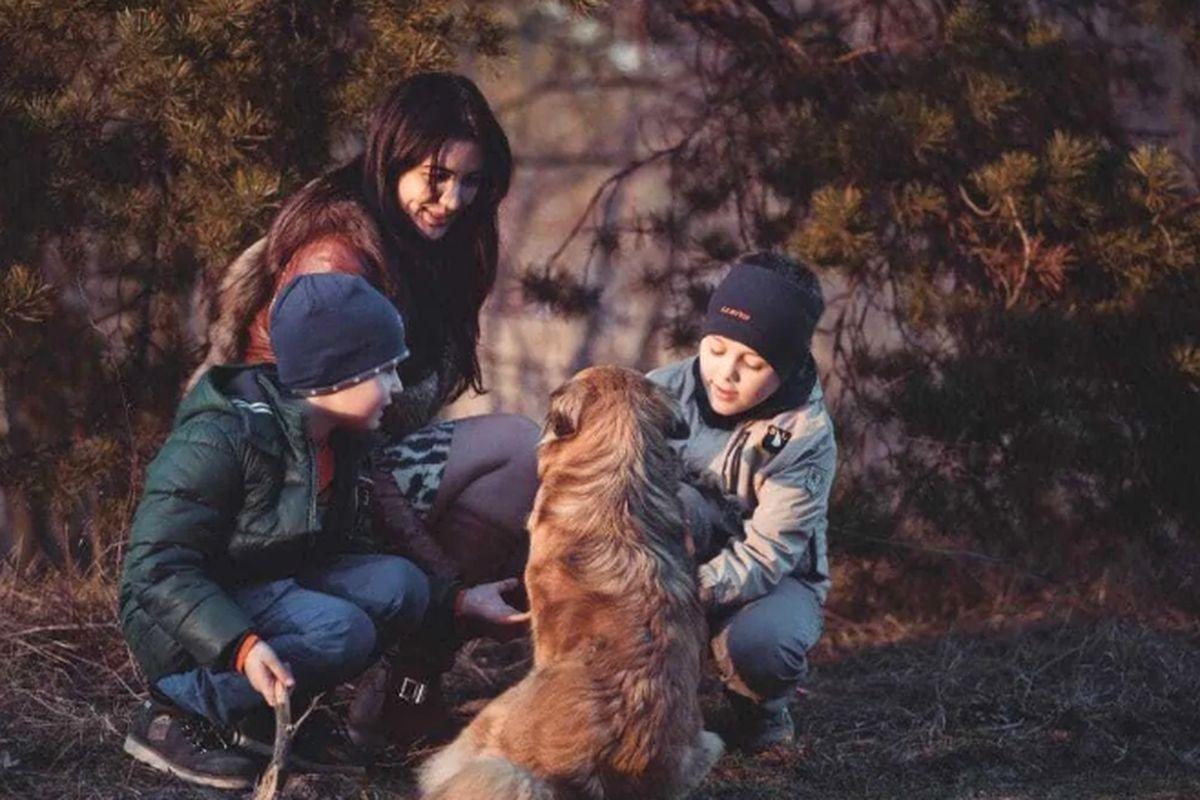 семья на прогулке с собакой
