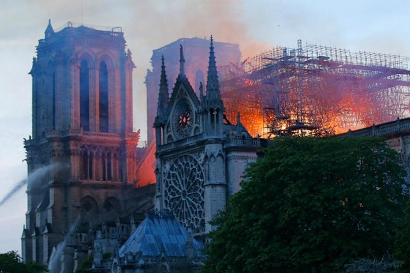 Макрон выехал к горящему собору: огонь приблизился к смотровой площадке