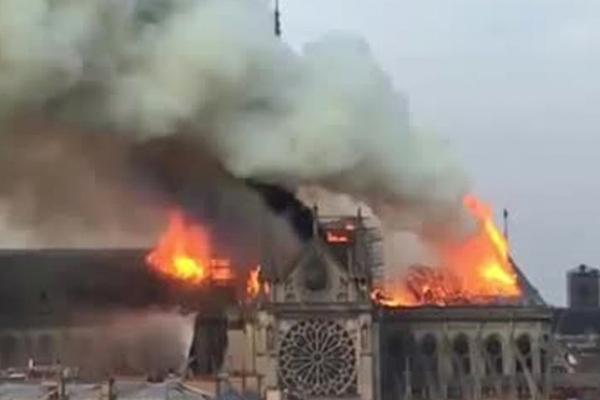 Пожарные делают все, чтобы спасти собор Парижской Богоматери
