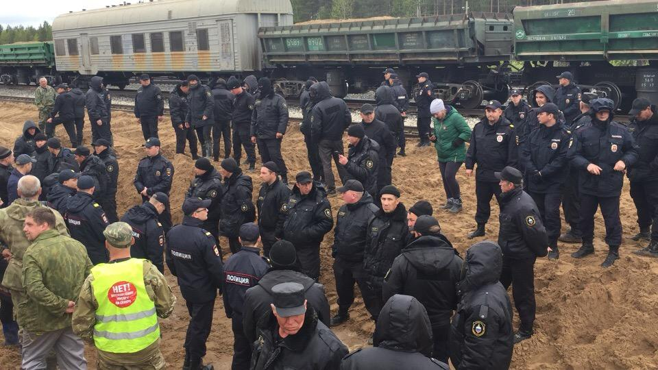 В Шиесе силовики дали отпор митингующим против строительства мусорного полигона