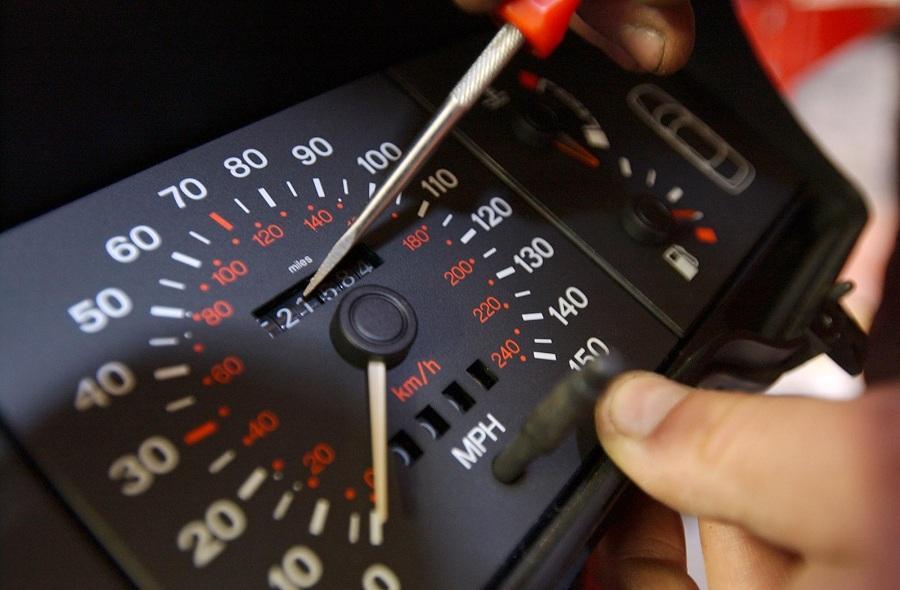 Как выявить скрученный пробег у подержанного авто: 4 проверенных способа