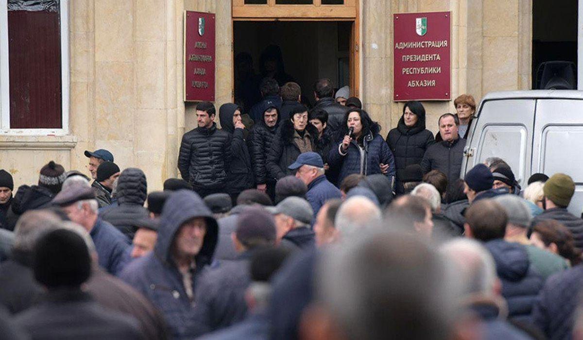 протестующие требуют отставки Рауля Хаджимбы в Абхазии
