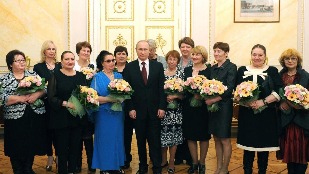 Росстат рассказал, сколько в России женщин на тысячу мужчин