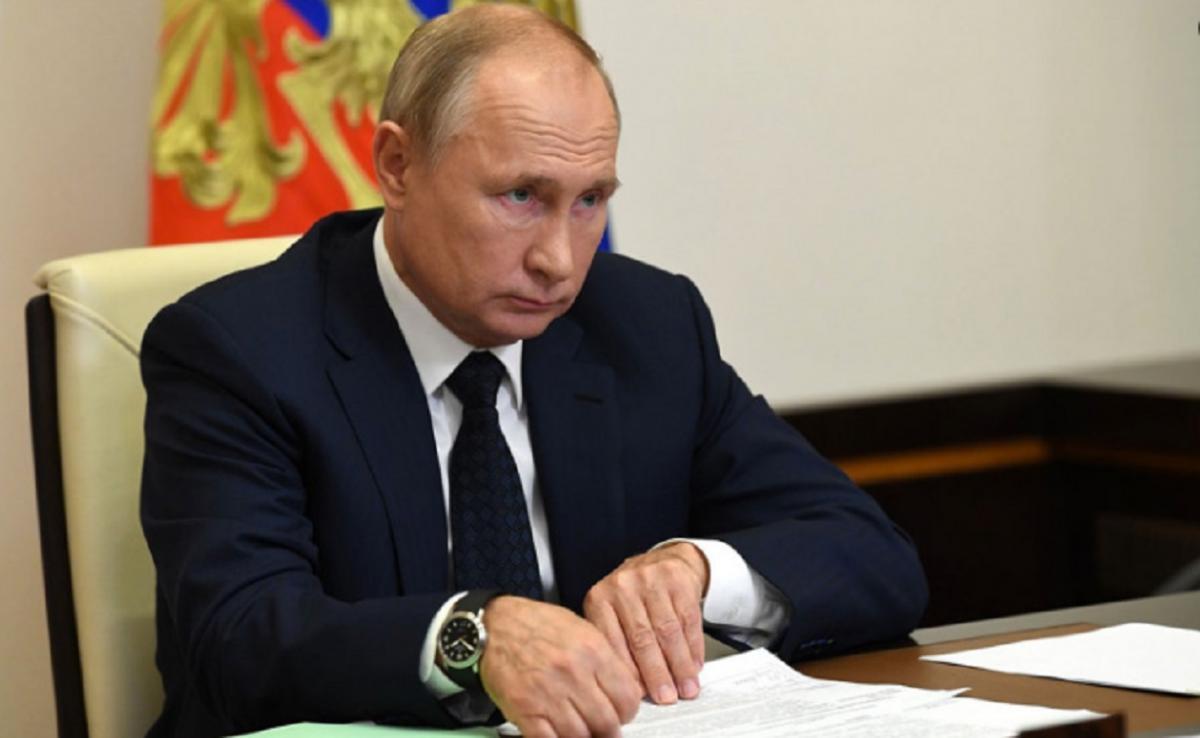 В Сети объяснили манипуляции Путина с папкой