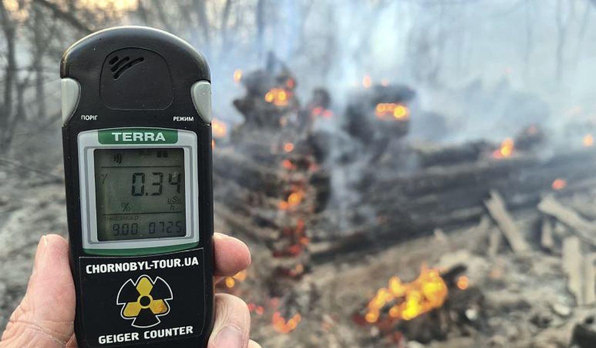 человек измеряет уровень радиации
