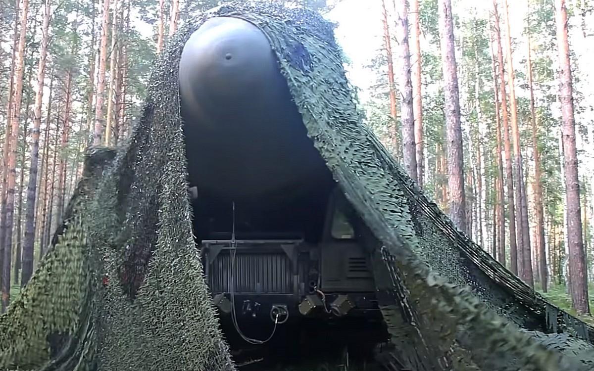 """Ракетный комплекс """"Ярс"""" под масксетью"""