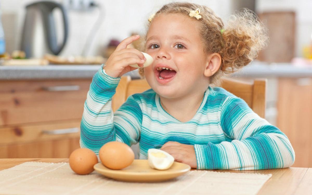 Диетолог Елена Соломатина объяснила, кому нельзя употреблять яйца
