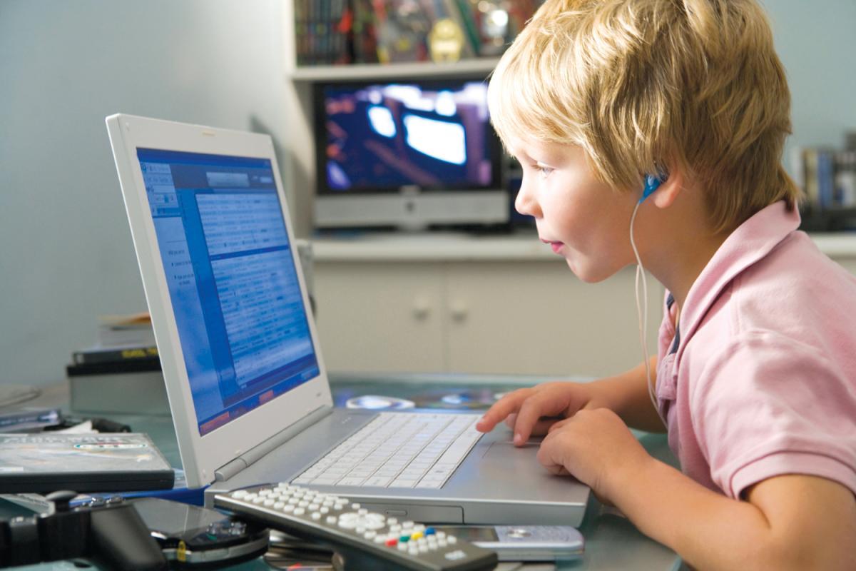 Школьник, компьютер, дистанционное обучение, дом