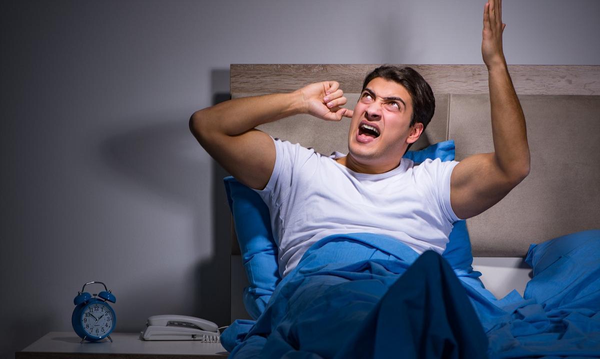 Человеку мешает спать шум