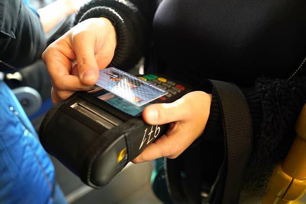 С транспортных карт ростовчан массово списали деньги за несуществующие поездки