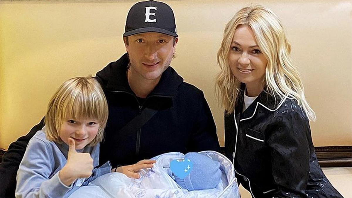 Яна Рудковская и Евгений Плющенко с сыновьями Александром и Арсением