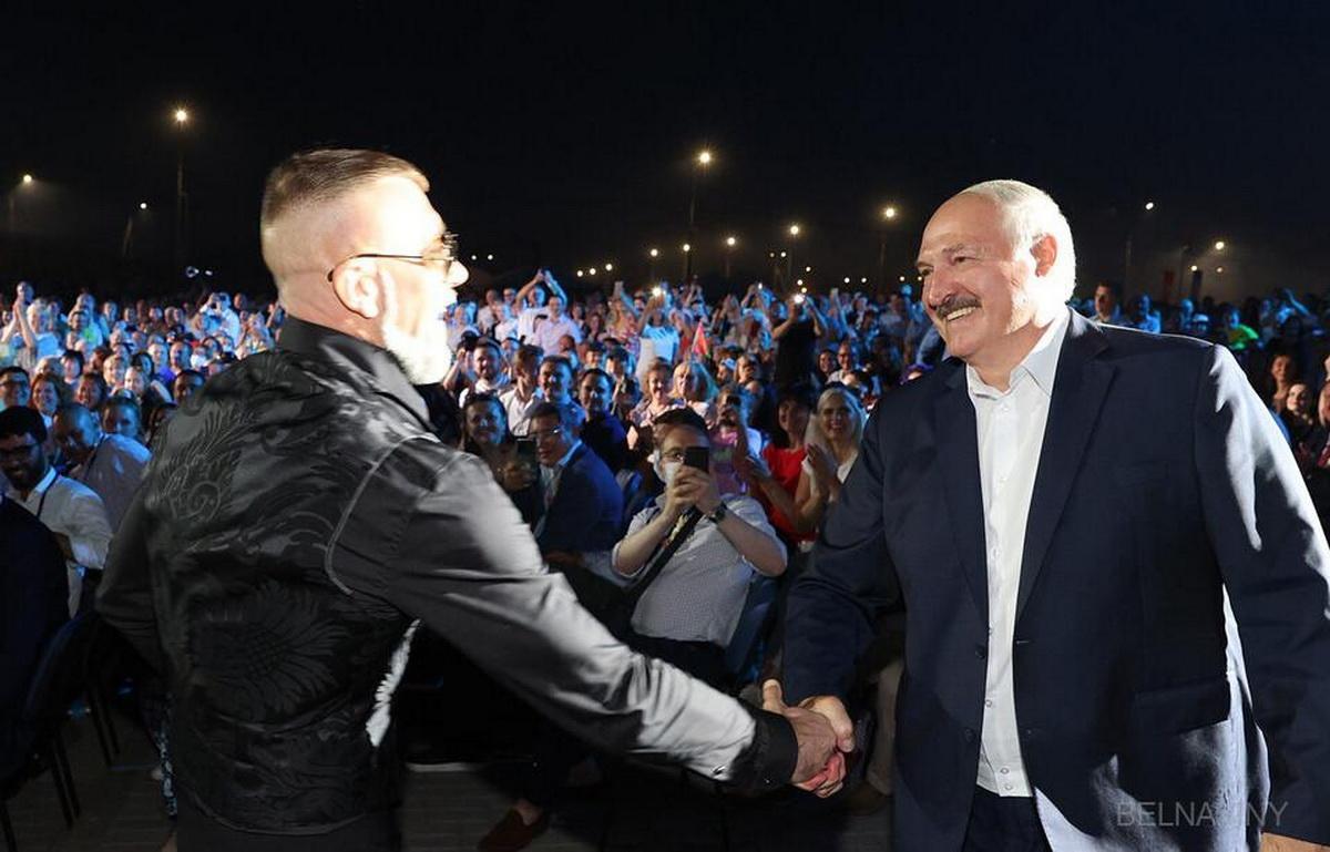Рэпер Серега проверил на крепость рукопожатие Лукашенко