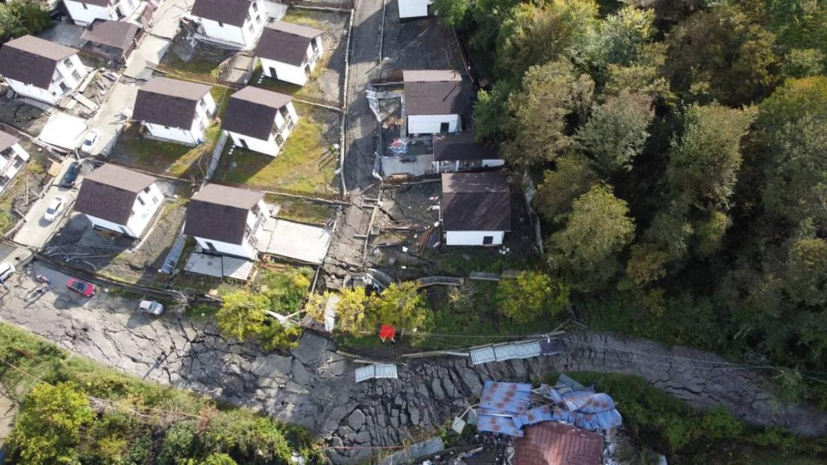 В Сочи устраняют последствия оползня, повредившего 22 дома