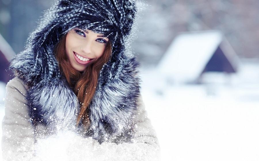 Зимний лайфхак: как сохранить прическу и свежесть волос под шапкой и выглядеть всегда изумительно
