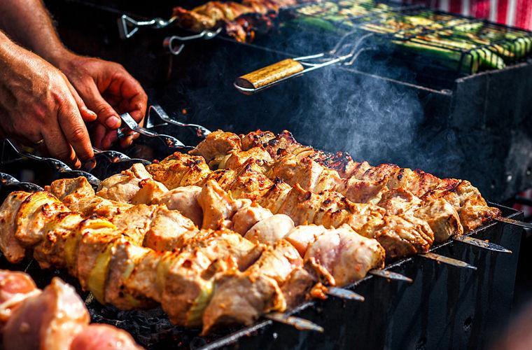Маринад для нежного и сочного шашлыка: 3 рецепта для любого мяса
