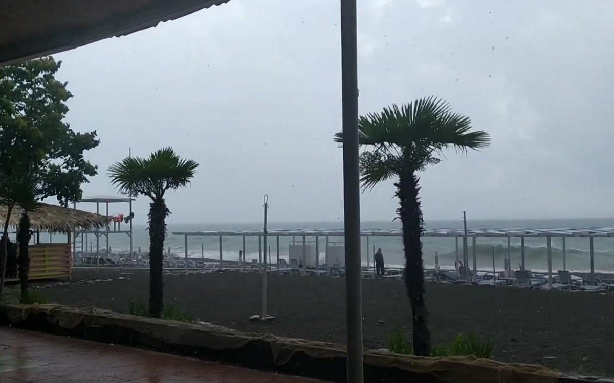 Шторм на море в Лазаревке на Кубани