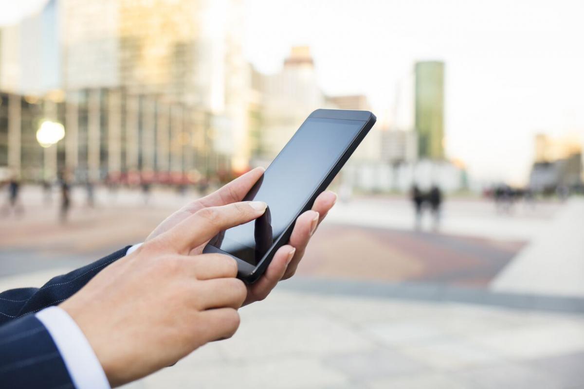 Человек со смартфоном в руке