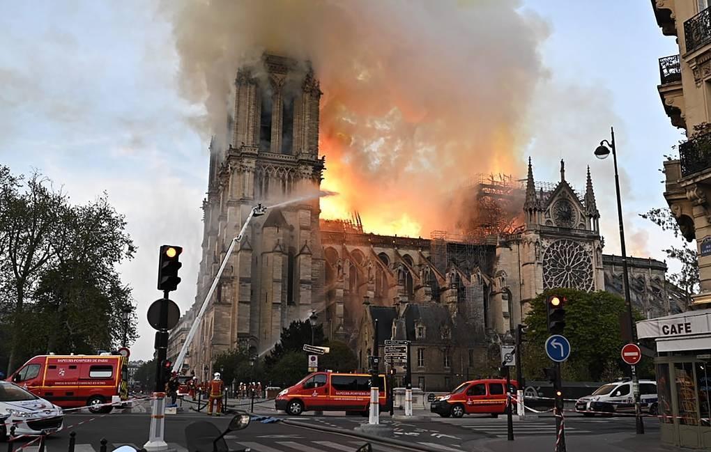 Собор Парижской богоматери охвачен огнем, рухнули шпиль и крыша
