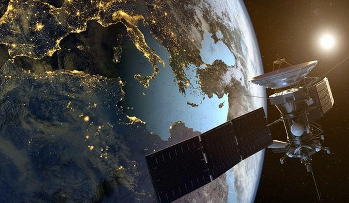 спутник на орбите Земли картинки