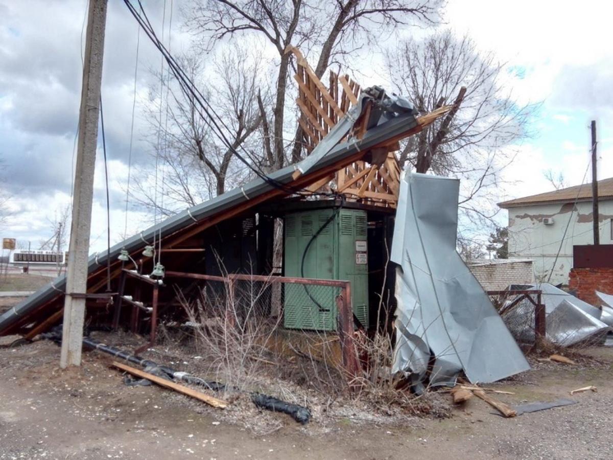 Сильный ветер повредил строение