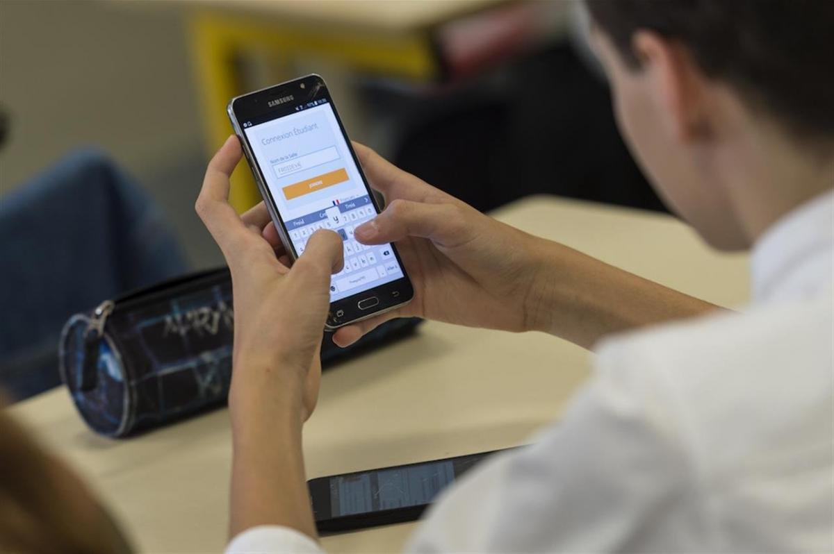 Власти хотят ограничить пользование мобильных устройств в школах