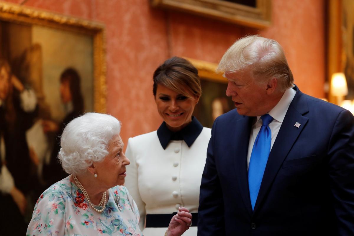 Times: королева Великобритании пожаловалась на то, что вертолет Трампа испортил ей газон