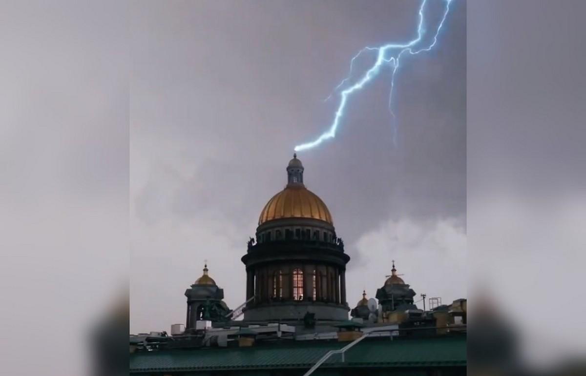 Момент удара молнии в крест на куполе Исаакиевского собора