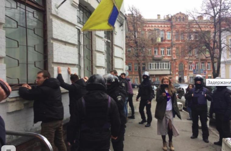 В Киеве группа людей пыталась взять штурмом полицейский участок
