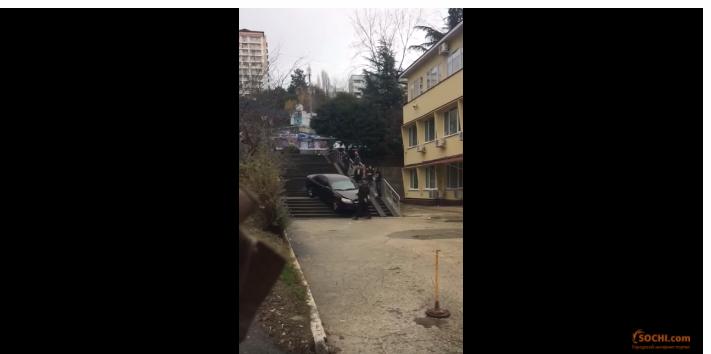 В Сочи нетрезвый водитель пытался спуститься по лестнице на автомобиле
