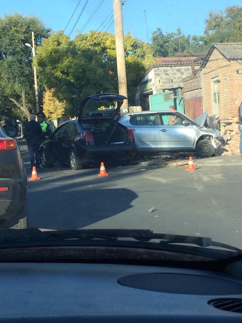 ДТП в Ростове: Skoda протаранила Nissan, столб и дом