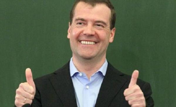 Денег нет, но ботинки за 50 тысяч: Медведев вновь оконфузился