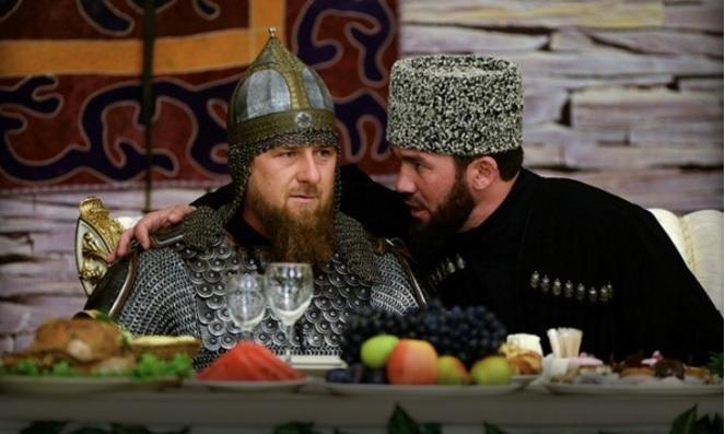 Рамзан Кадыров пришел на торжественный прием в шлеме, с мечом и копьем