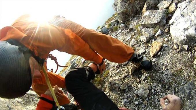 Травмированный турист в горах