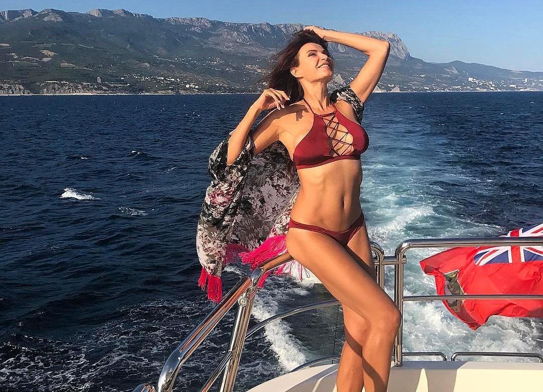 Шикарная грудь Эвелины Бледанс в белоснежном бикини вызвала восторг поклонников