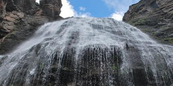 В Шотландии шторм устремил водопад в небо