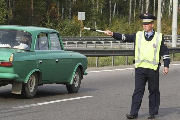 Водителей стали штрафовать за мигание дальним светом
