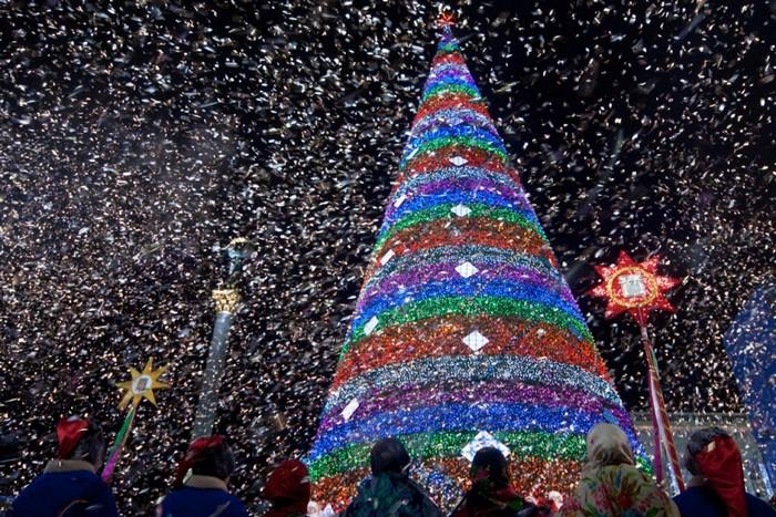 В Ростове начали устанавливать главную елку: известна дата открытия