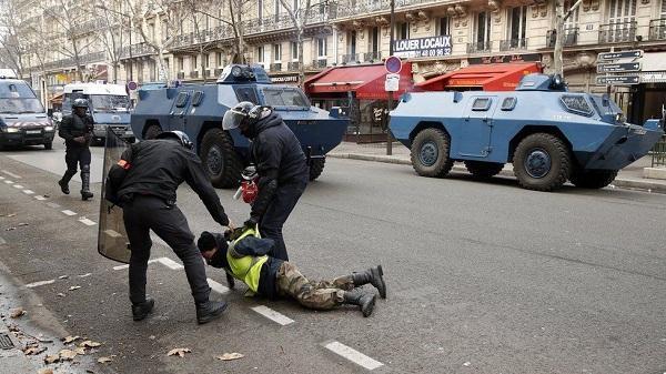"""""""Желтый жилет"""" лишился части руки, попытавшись кинуть гранату обратно в полицейских. Видео"""