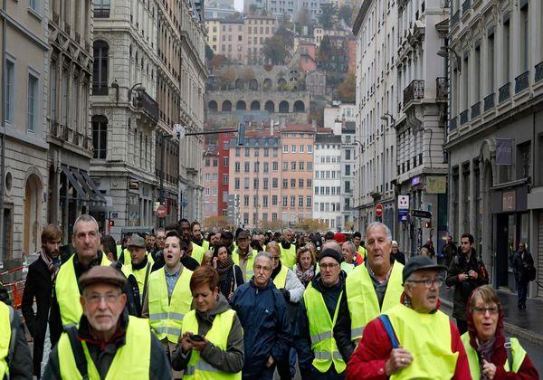 """Во Франции против митингующих """"жёлтых жилетов"""" полиция применила слезоточивый газ"""