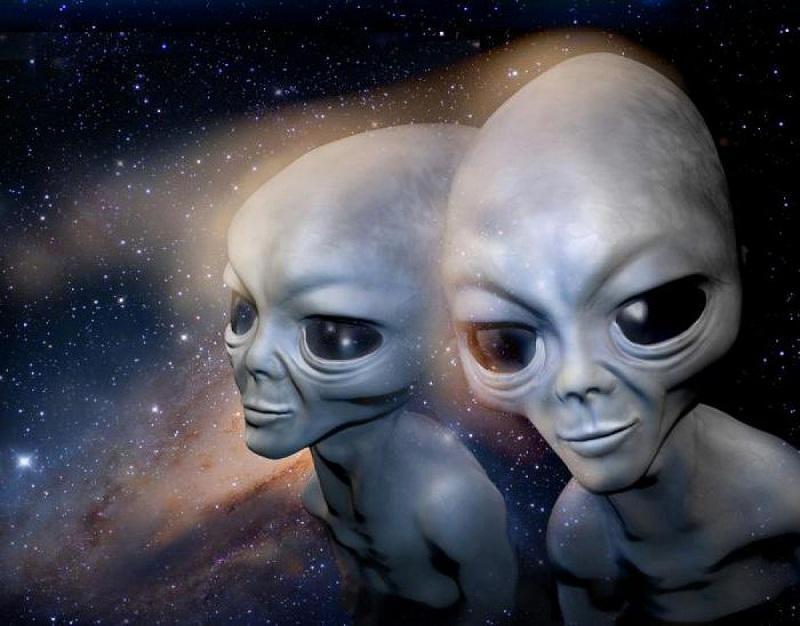 Астроном запечатлел колонию инопланетян на Луне, вылетающих в открытый космос