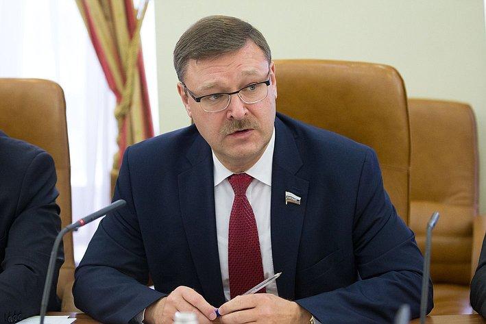 Захарова: РФ готова уменьшить число служащих американского посольства