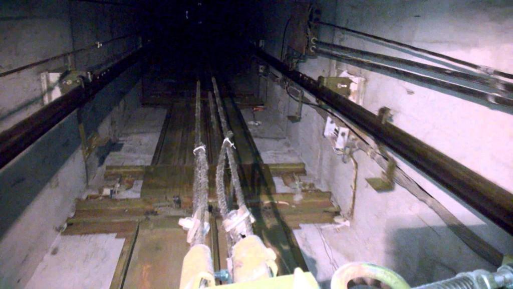 В Ростове женщина с ребенком провалились в шахту лифта жилого дома