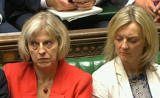"""В Британии Терезу Мэй назвали """"предательницей"""", от которой нужно срочно избавляться"""