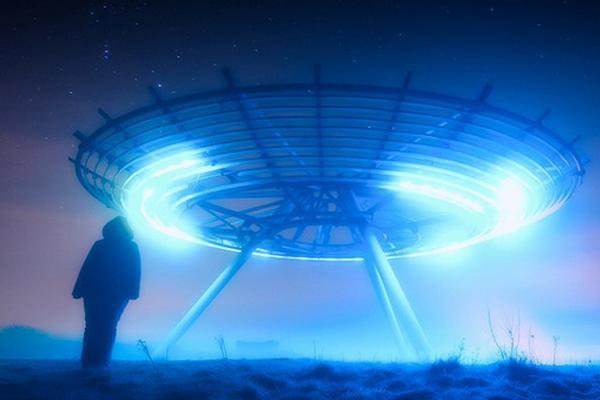 Космический аппарат SOHO зафиксировал НЛО с четырьмя длинными элементами